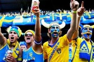 Шведские болельщики устроили песни и пляски на Крещатике