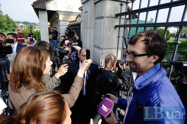 Прозрачный забор заинтересовал журналистов больше сплошного прошлогоднего