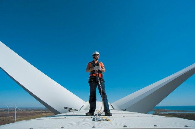 <b>Инженер-механик на гондоле ветряка Ботиевская ВЭС, Запорожская область</b>. В некоторых странах работников ветроэлектростанций называют «ковбоями ветра», поскольку эта профессия требует смелости и изобретательности. Им приходится работать на огромной высоте - башни турбин достигают 94 метра высотой, всего на 1 метр меньше высоты Статуи Свободы в Нью-Йорке.