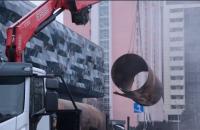 Возле столичного ТРЦ Ocean Plaza заменили половину поврежденного трубопровода