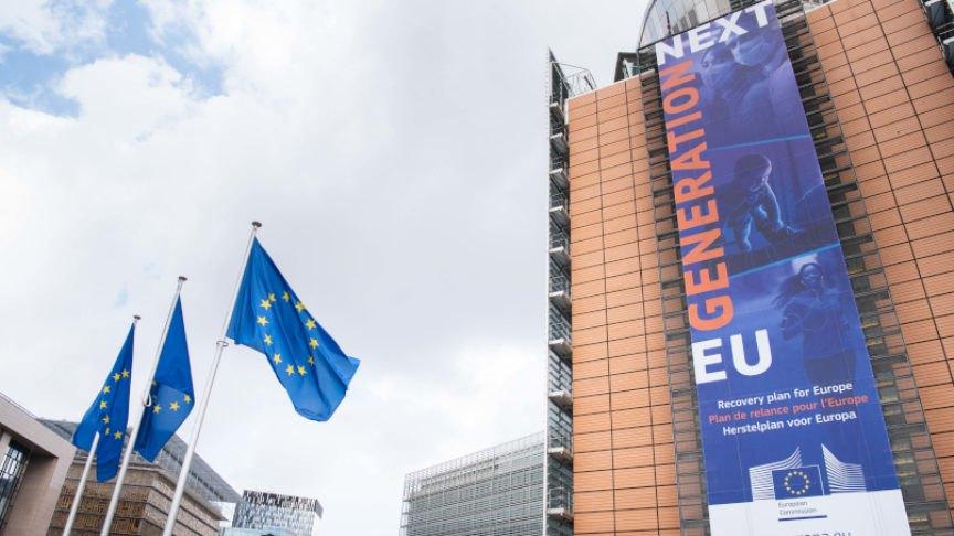 Рекламний щит плану відновлення 'ЄС нового покоління' на будівлі у штаб-квартирі Європейської комісії у Брюсселі, Бельгія