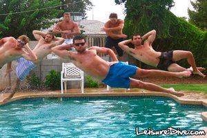 Англичане изобрели очередное безумное развлечение - полеты над бассейном