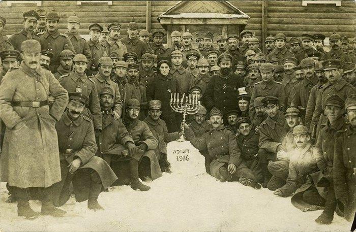 Германские солдаты-евреи празднуют Хануку, 1916