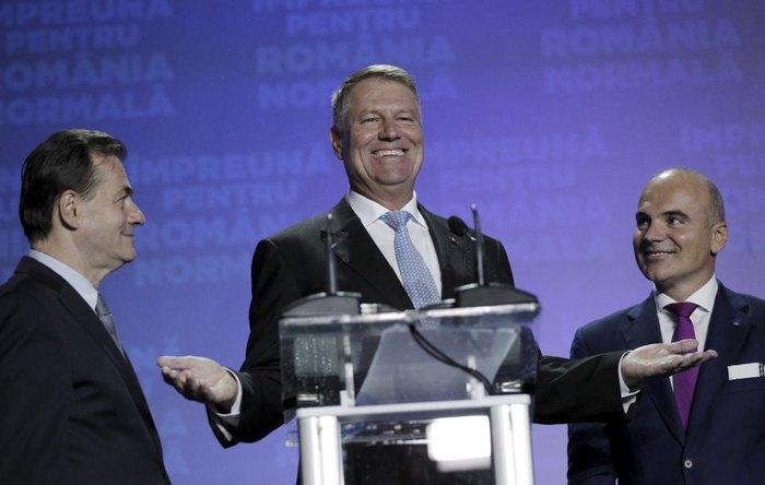 Клаус Йоханнис (в центре), премьер-министр Людовик Орбан (слева) и член Европейского парламента Рареш Богдан (справа) во время объявления результатов экзит-поллов, Бухарест, 10 ноября 2019.