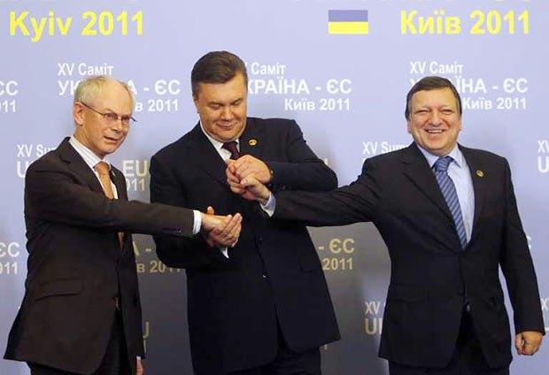 Виктор Янукович (в центре) с руководителем Еврокомиссии Жузе Мануэлом Баррозу (справа) и главой Европейского совета Херманом ван Ромпеем