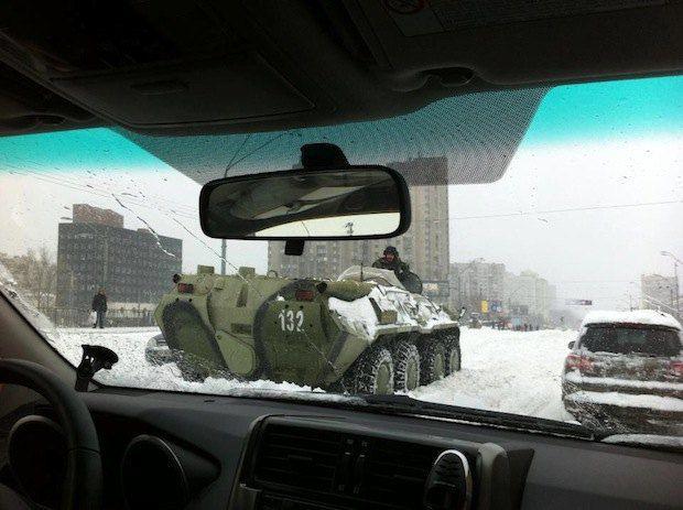 Чтобы убрать в Киеве снег, Минобороны выделило БТРы