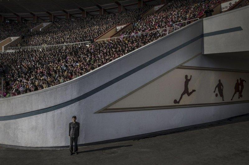 Зрители ожидают начала соревнований на стадионе имени Ким Ир Сена в Пхеньяне.