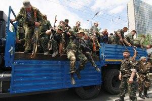 Відступаючи, колони бойовиків прикриваються заручниками, - Тимчук