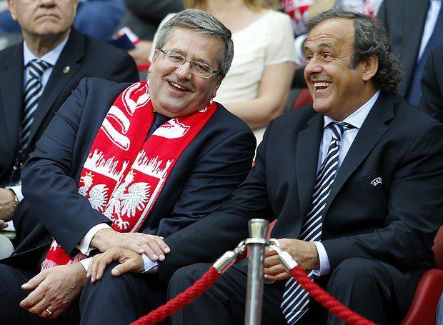 Господин справа - тоже не местный. Если бы статус позволял, пришел бы на матч во французском национальном головном уборе - наполеоновке, например