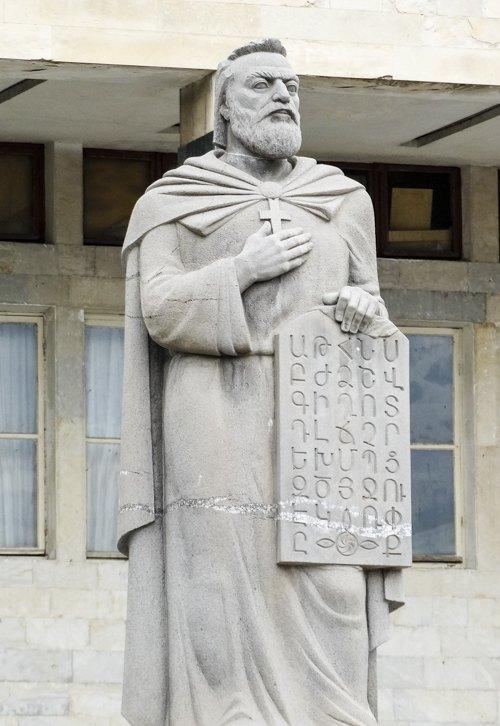 Пам'ятник автору вірменської абетки Месропу Маштоцу в центрі Ахалкалакі