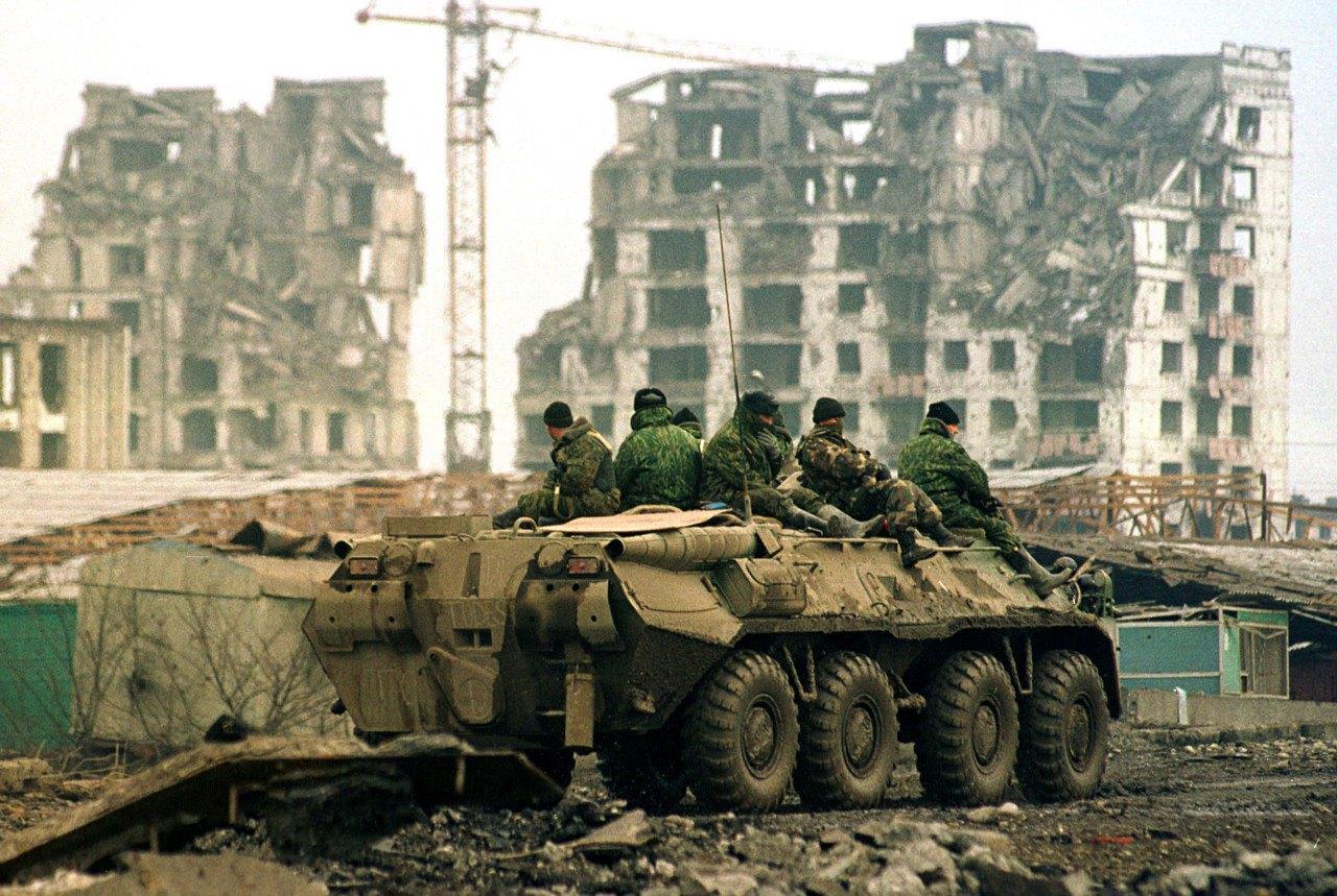 Російські військові на вулицях Грозного після бомбардування