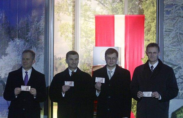 Слева направо: руководитель центробанка Латвии Ильмарс Римсевикс, премьер-министр Эстонии Андрус Ансип, премьер-министр Латвии Валдис Домбровскис и латвийский министр финансов Андрис Вилкс