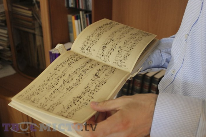 Іван Духнич демонструє унікальну фотокопію рукопису Баха.