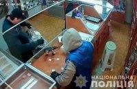 Двое вооруженных мужчин ограбили ювелирный магазин в Черновицкой области