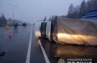 В Киевской области микроавтобус врезался в грузовик, который остановила полиция