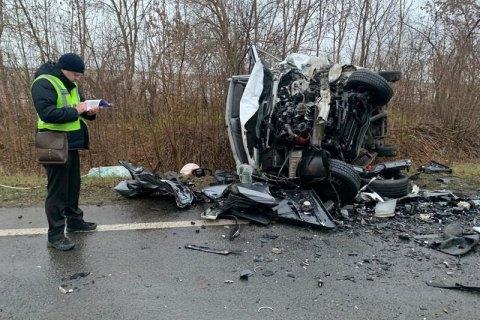 У ДТП на Миколаївщині легковик врізався у зерновоз, двоє людей загинули. ФОТО