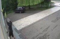 Чоловіку, який порвав державний прапор в київському парку, повідомлено про підозру