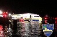 Boeing с 143 людьми на борту скатился в реку после приземления