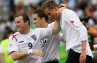 Экс-игроки сборной Англии провели дуэль взглядов, правда для одного из них для этого понадобился табурет