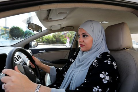 В Саудовской Аравии женщины получили право водить машину