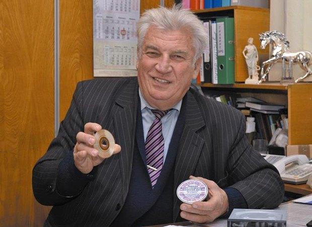 Академик Вячеслав Петров демонстрирует сапфировый диск
