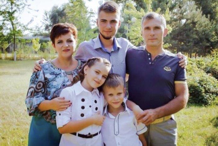 Славік з мамою, татом і молодшими сестрою та братом