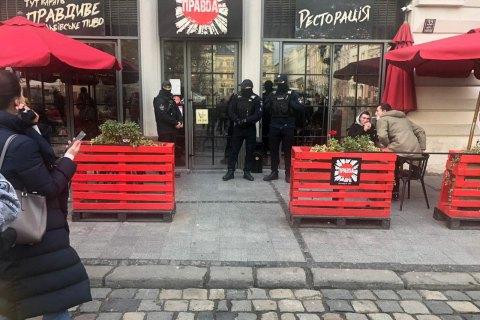 Во Львове полиция проверяет рестораны, вручают протоколы о нарушениях