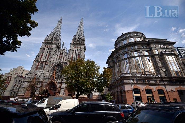 Будівля праворуч від костелу святого Миколая