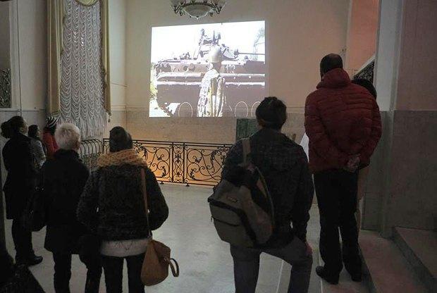 Параллельно на стенах проектировались два видеоряда, жизнь на войне и мирная жизнь