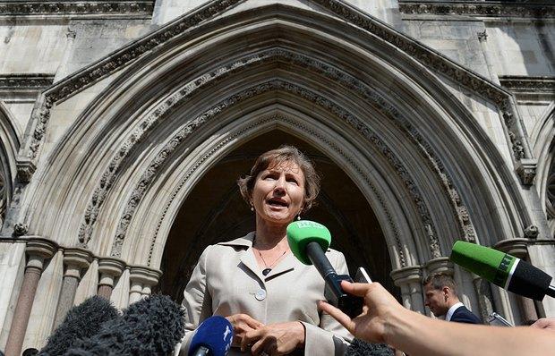 Марина Литвиненко перед зданием суда в Лондоне