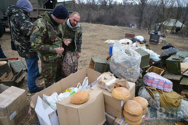 Артиллеристы 44-ой бригады разбирают помощь, привезенную волонтерами