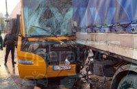 В Киеве маршрутка врезалась в грузовик, пострадали 12 человек