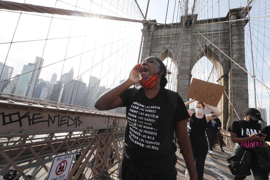Демонстранты маршируют по Бруклинскому мосту во время протестовНью-Йорк, 29 мая 2020.