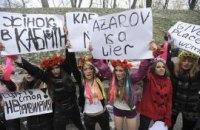 FEMEN нарисовали картину грудью