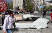 В Киеве сорвало жесть с крыши торгового центра