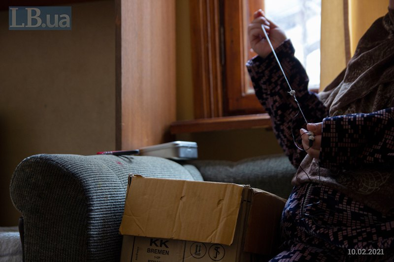 Назокат плете браслет: це її заспокоює.Просить не показувати її обличчя