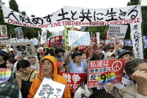 В Японии протестуют против закона, который позволит японским военным воевать за рубежом.