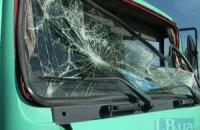 На Южном мосту в Киеве грузовик врезался в автокран