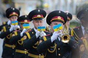 Янукович и Азаров поздравили военных с Днем Сухопутных войск
