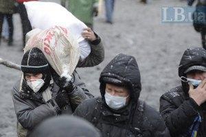 Протестувальники споруджують бетонну барикаду на Грушевського