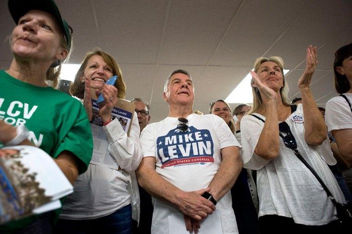 Сторонники кандидата от демократов в Конгресс США Майка Левина во время митинга в его поддержку, Калифорния, США, 04 ноября 2018.