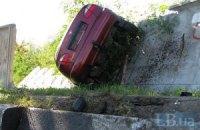 Юний водій розгромив бетонну огорожу, нібито намагаючись накласти на себе руки