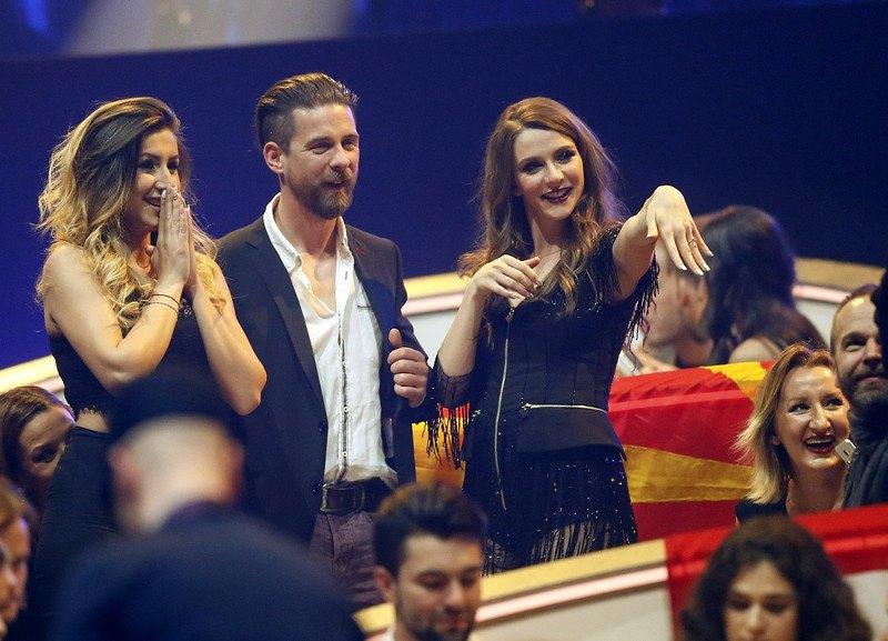 Участница Евровидения от Македонии Яна Бурческу  показывает обручальное кольцо. Ее возлюбленый (слева) сделал ей предложение в прямом эфире шоу