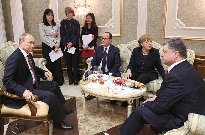 Президент России Владимир Путин , канцлер Германии Ангела Меркель, президент Франции Франсуа Олланд и президент Украины Петр Порошенко во время переговоров в Минске, 11 февраля 2015.