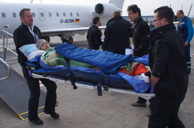 Романа вносят в самолет перед отправкой в Израиль