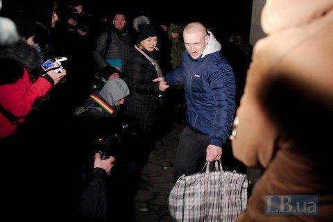 Кабмін через півроку почав виплачувати по 100 тис. грн звільненим з полону