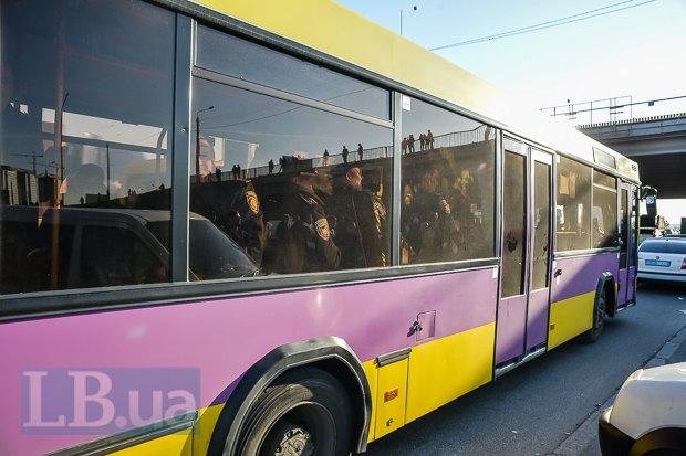 Подъехал автобус с милицией.