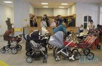 Дитячим візочкам тут не місце: як батьки сперечаються з поліклініками