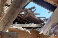Міни російських окупантів знесли у Пісках ворота, огорожу і пробили дах приватного будинку