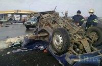 """Водій """"Ниви"""" не пропустив мікроавтобуса з дітьми на трасі під Києвом, загинули дві людини"""